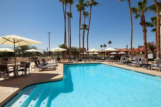 Four Points By Sheraton Phoenix South: Our Pool and Sun Deck Area