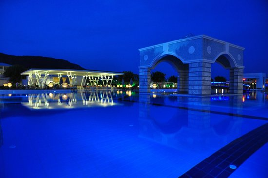 Hilton Dalaman Sarigerme Resort & Spa : Hotel grounds by night