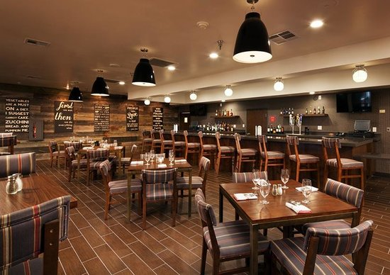 Four Points By Sheraton Phoenix South: Four Corners Bar & Grille