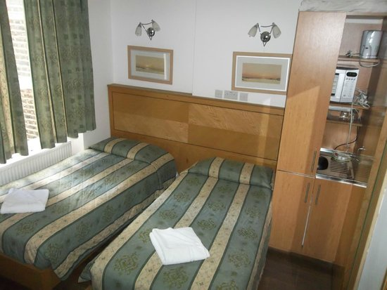 Kensington Suite Hotel: Room was small but efficient