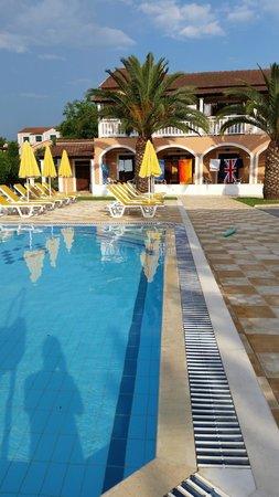 Yiannis Village: Pool