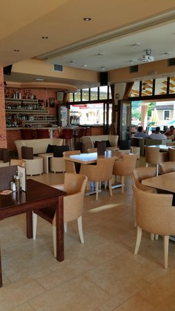 Yiannis Village: Bar and eating