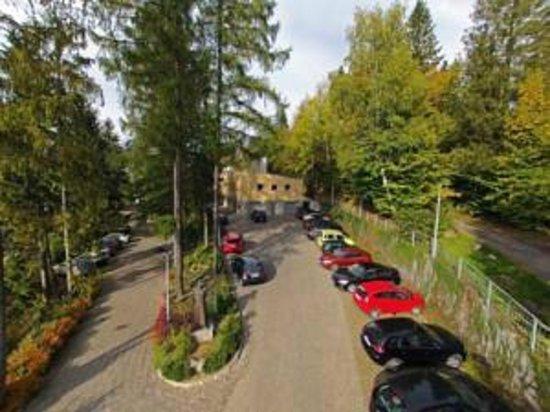 Hotel Pod Jedlami: parking-widok z lotu ptaka