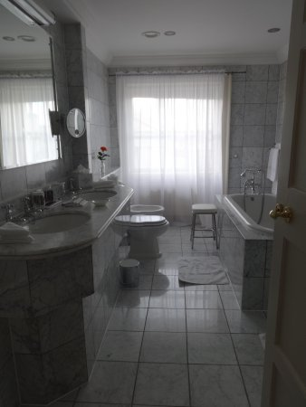 The Merrion Hotel: Lord Antrim suite bathroom