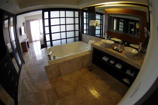 Paradisus Playa Del Carmen La Esmeralda: the tub is ginormous