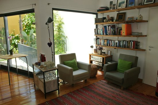 Calcada Guesthouse: Reading area in lounge