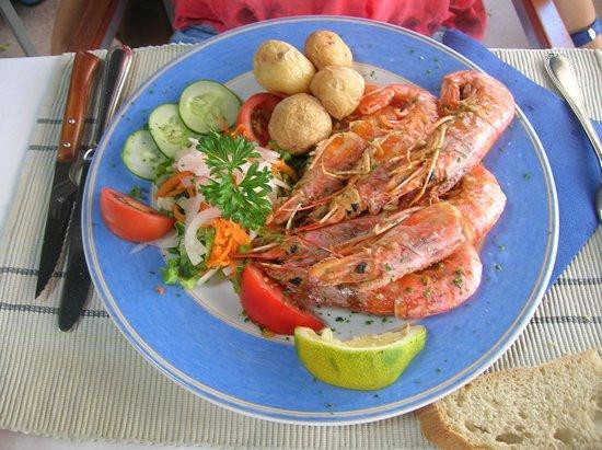Restaurante Terraza del Gato : Langostinos con papas arrugás y ensalada