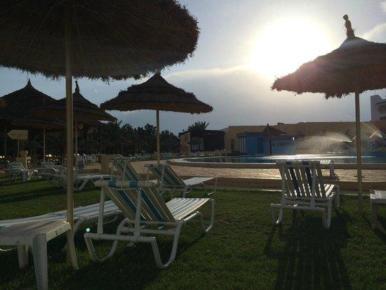 Ramada Liberty Resort Hotel: Pool as the sun goes down