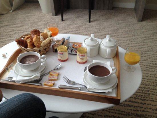 Golden Tulip Aix Les Bains : Suite (petit déjeuner en chambre)