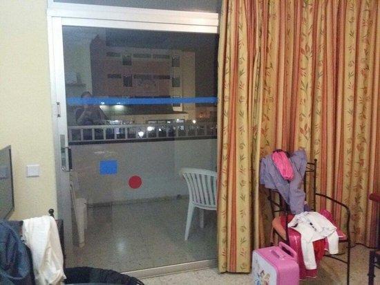 Apartamentos Amazonas: Taget från köksdörren mot balkong