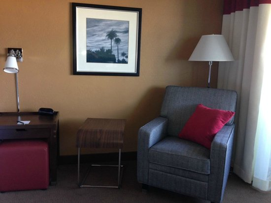 Four Points By Sheraton Phoenix South : Guest Room with Chair