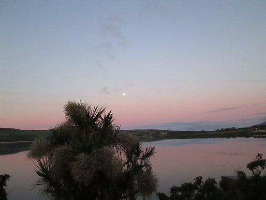The Last Cottage B & B : Early morning full Moon from our bedroom