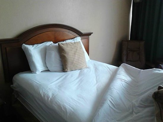 Days Inn Syracuse University : Bed with pillows
