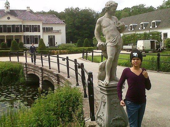 Kasteel Engelenburg : Front entrance with daughter