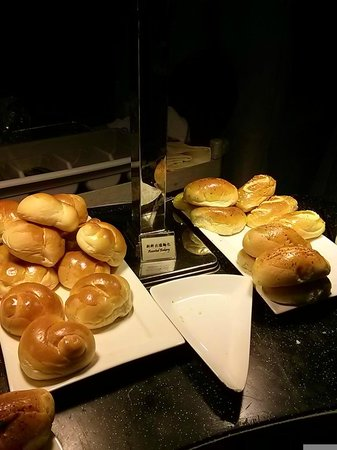 Cosmo Hotel Hong Kong: Breakfast spread - Asian baked breads