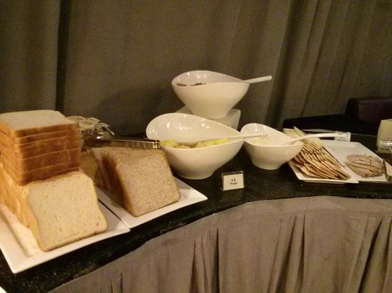 Cosmo Hotel Hong Kong: Breakfast spread - breads, fruits and crackers