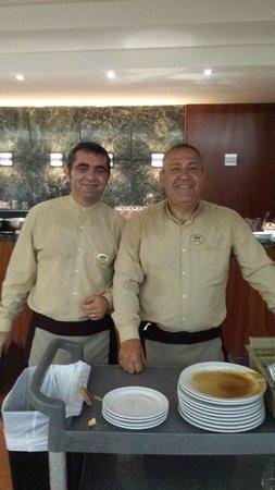 Suite Hotel Elba Castillo San Jorge & Antigua : trabajadores del buffet