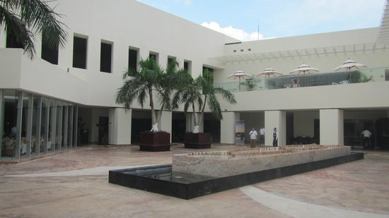 Secrets Huatulco Resort & Spa : Main restaurant area courtyard