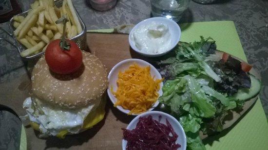 Moselle, France : Le burger stock, avec un steack maison! Top!