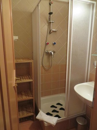 Kalvin Apartments: separate rooms for toilet and shower