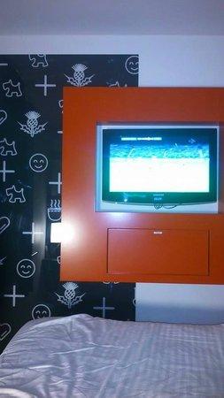 Tune Hotel Haymarket, Edinburgh : TV and pull down shelf