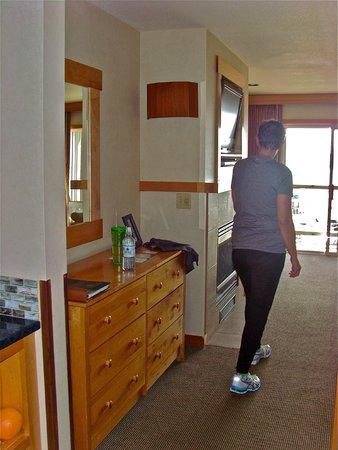 Inn At Cape Kiwanda: Walking past dresser toward TV, gas fireplace and deck