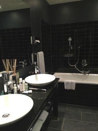 Park Hotel Amsterdam: Banheiro. Único detalhe é que é um pouco escuro.