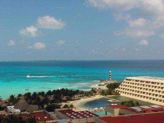 Krystal Grand Punta Cancun: Foto tirada da varanda do apto do hotel. O prédio que se vê não é o hotel.