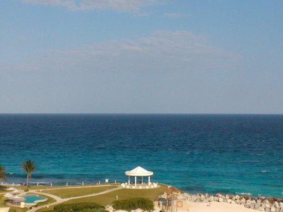 Krystal Grand Punta Cancun: Foto tirada da varanda do apto do hotel.