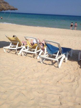 Iberostar Averroes: Broken beach chairs