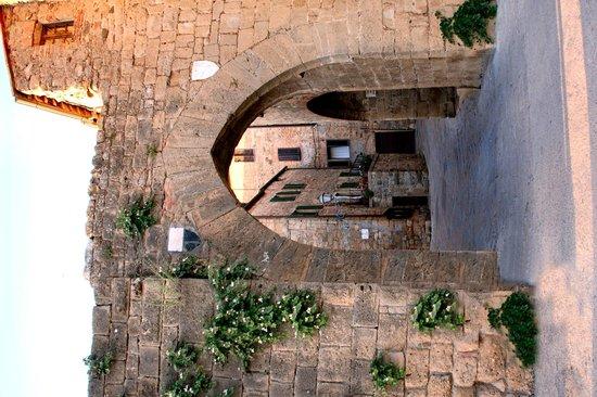 Osteria La Porta : Ingresso paese e ristorante
