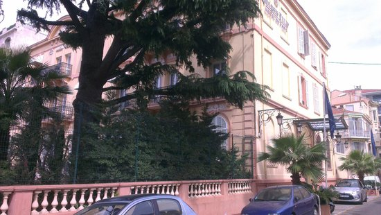 Golden Tulip Cannes Hotel De Paris: streetview with entrance on the side