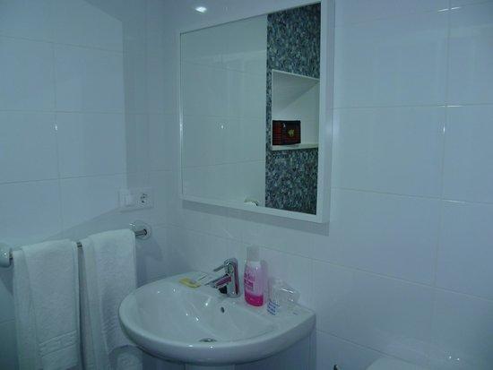 Pension Las Terrazas: baño amplio, limpio e impecable y muy bonito