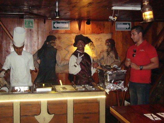 Barco Pirata Jolly Roger Cancún: Capitão Morgan!!