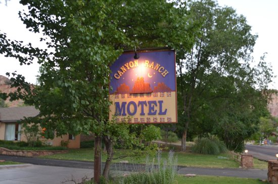 Canyon Ranch Motel: The sign