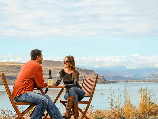 Wishram, WA: Couple enjoying Jacob Williams Wine