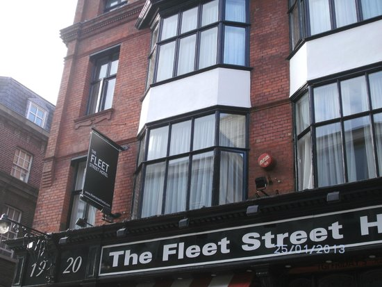 The Fleet Street Hotel: Stayed in the front room - second window up from sign