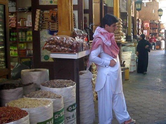 Dubai Spice Souk : Marchand dans le souk des épices
