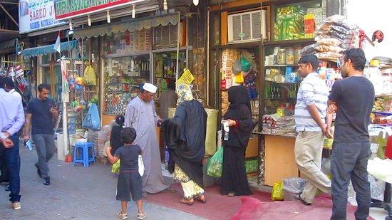 Dubai Spice Souk : Des émiratis font leurs achats