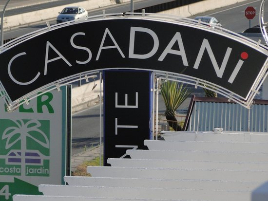 Restaurante CASA DANI: El cartel visible desde la carretera.