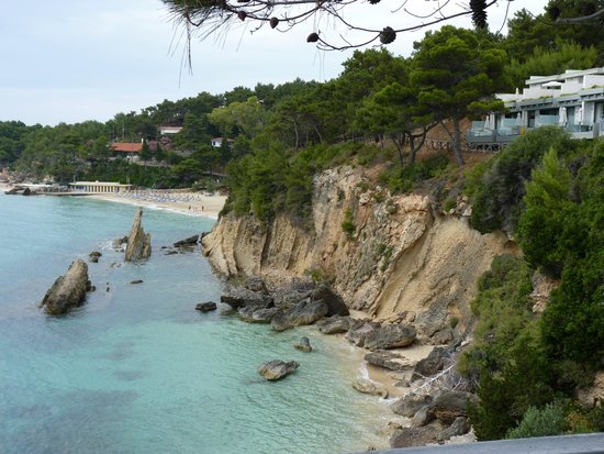 White Rocks Hotel & Bungalows: Public beach adjacent to hotel