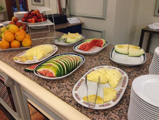 Hotel Sevilla Macarena : Breakfast fruits