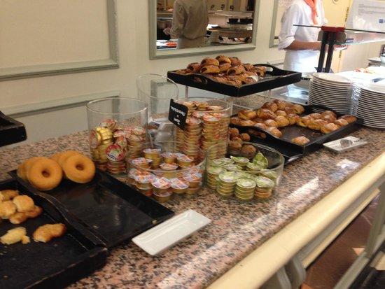 Hotel Sevilla Macarena : Breakfast buffet