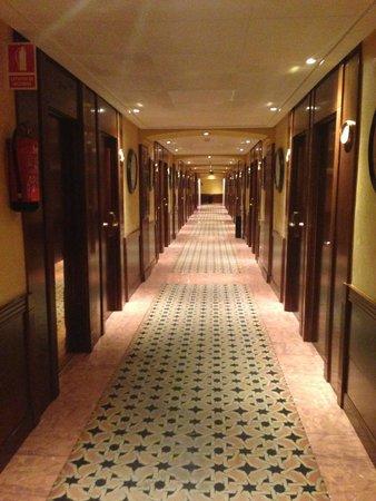 Hotel Sevilla Macarena : Corridors
