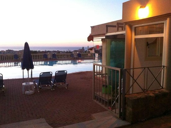 Notos Heights Hotel & Suites : Pool area