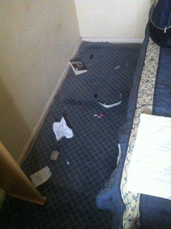 Elmhurst Hotel: Under bed