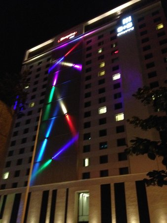 Hampton by Hilton Warsaw City Centre: Hotel at night
