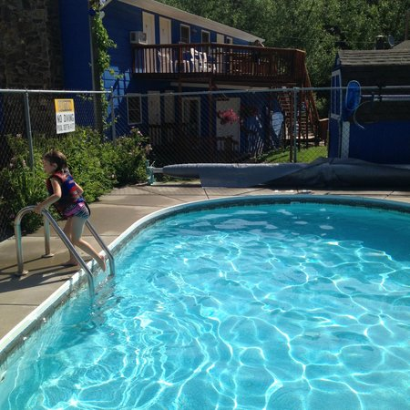 Brookside Motel: deck of our room was right above the pool.. :)