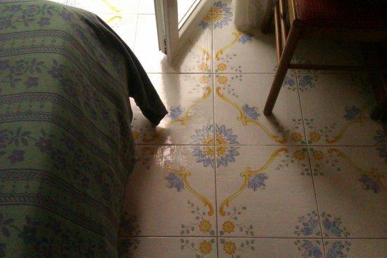 Gemma Hotel: Плиточный пол в номере