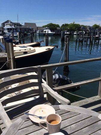 The Cottages at Nantucket Boat Basin: Breakfast on the wharf